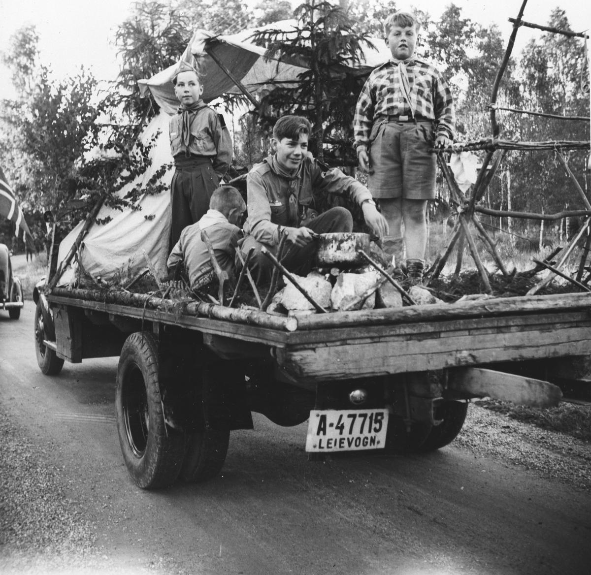 1. Myrvoll speidergruppeviser en leir på lasteplanet under Myrvolldagene 1954