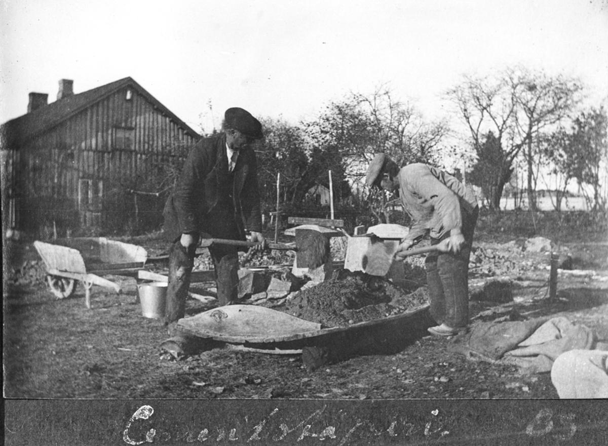 To menn arbeider m/sikting av jord.