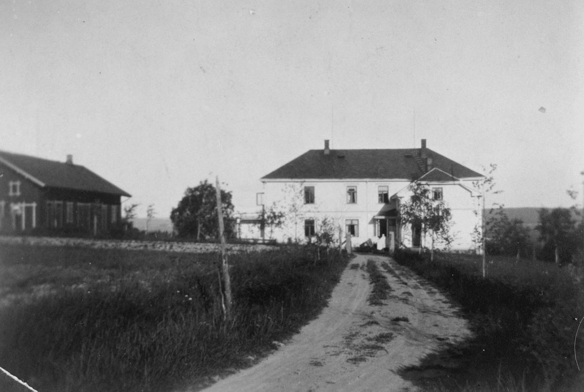 Huset, sorenskrivergården Strømsborg bygning ved siden av veien opp til huset