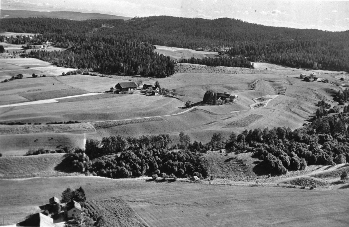 Flyfoto av Hovelsrud søndre og vestre gård, Hovelsrudstua t.h.