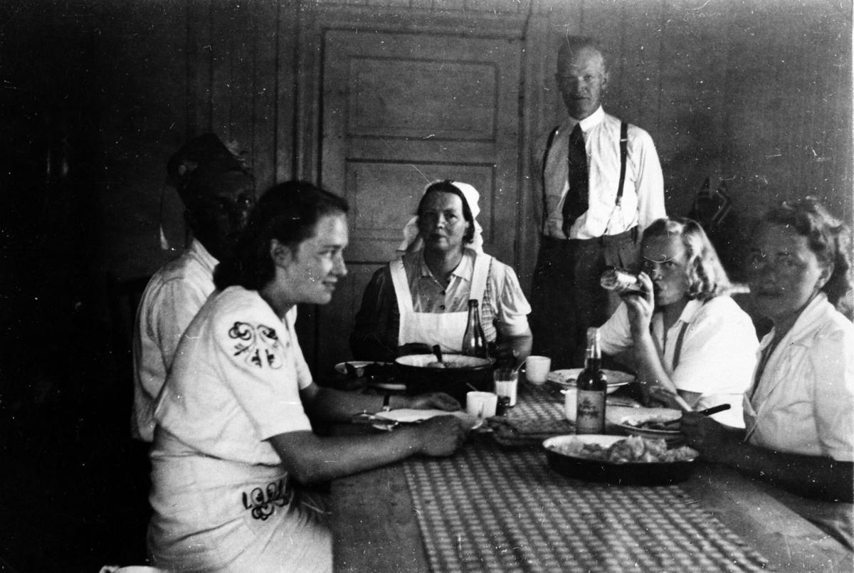 Mennesker sittende rundt et bord.