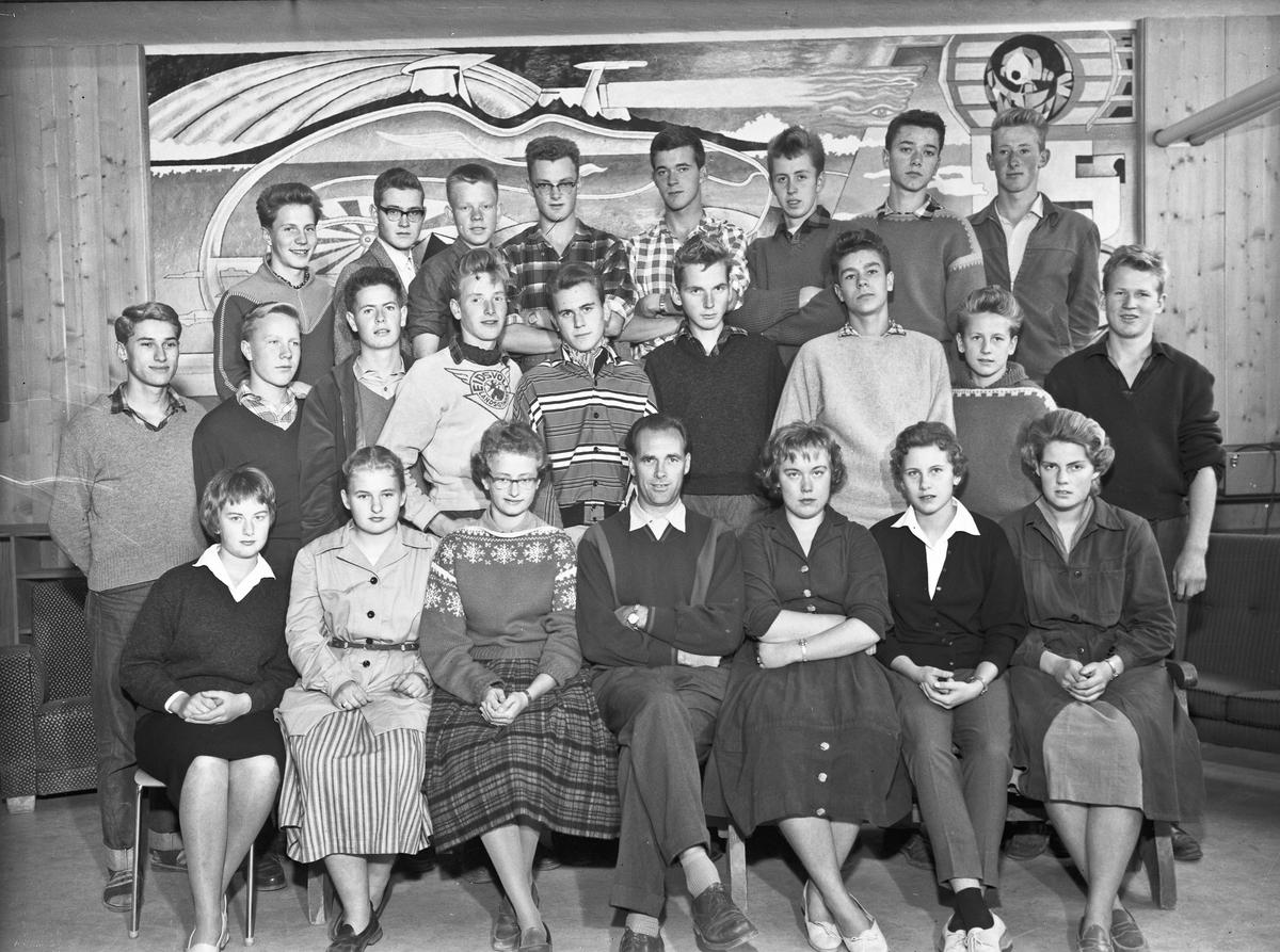 Lærer og elever ved Eidsvoll Landsgymnas. Gymlærer Nielsen.