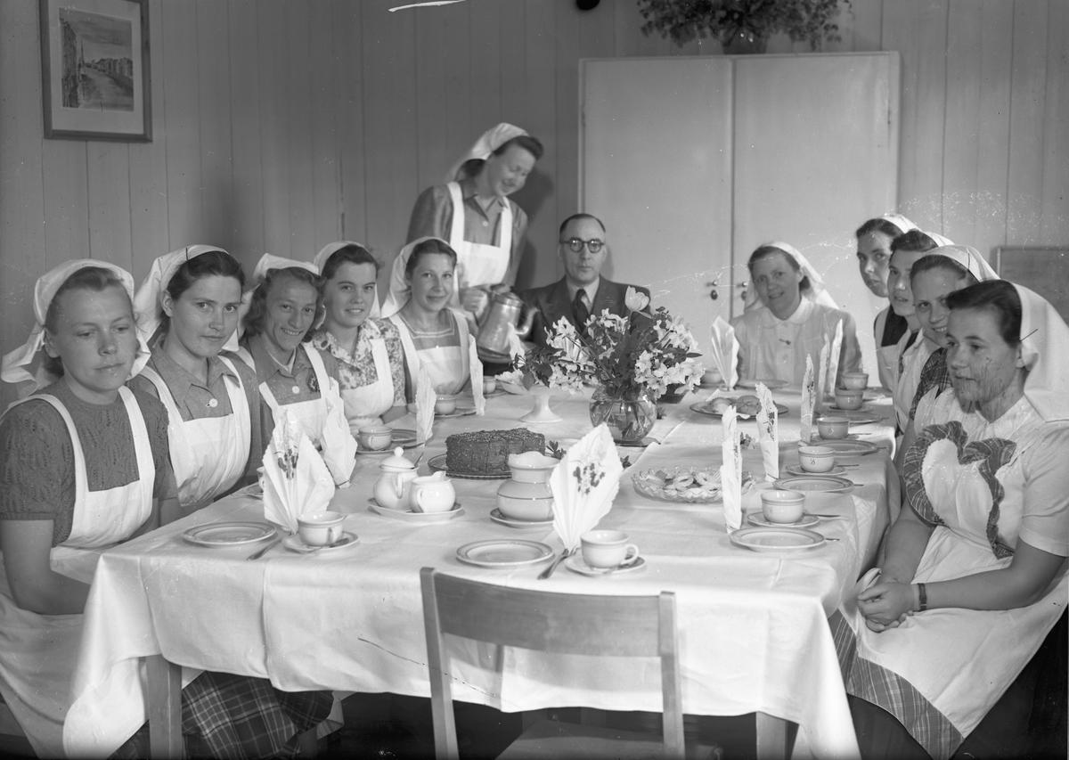 Hurdal Verk. Jenter i hvite uniformer. Sjokoladekake og kaffe.