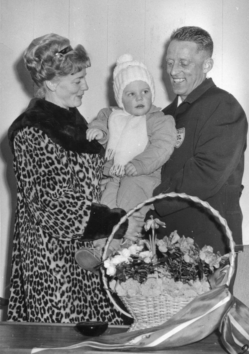 """""""Gullguttens hjemkomst 9.2.1964.""""  Olga, Audun og  Tormod Knutsen."""