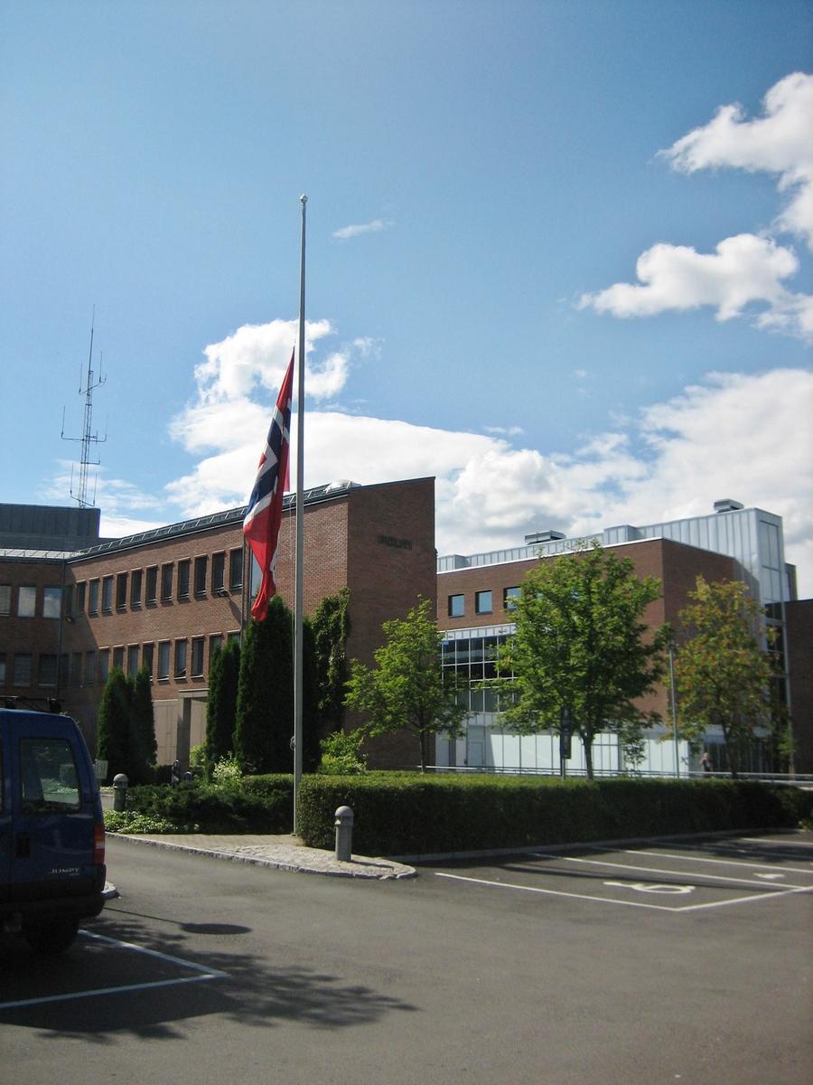 Minner etter terrorhandlingen den 22. juli 2011. Flagg på halvstang ved Nedre Romerike Tingrett i Lillestrøm den 29.07.11.