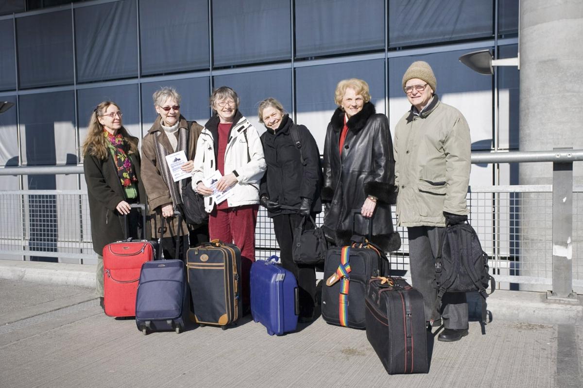 Vesker. Utenfor ved inngangen til avgangshallen. Gruppe av reisende. Fotodokumentasjon i forbindelse med dokumentasjonsprosjekt - Veskeprosjektet 2006 - ved Akershusmuseet/Ullensaker Museum.