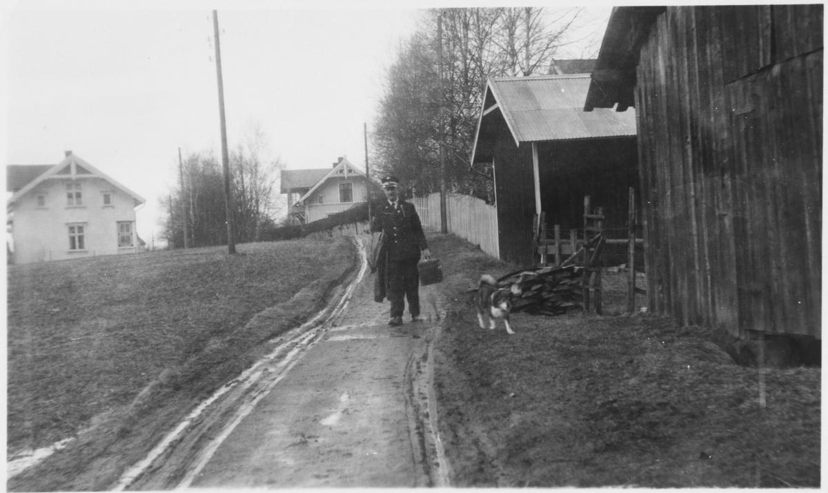 Overkonduktør Henry Danielsen og hunden Bumann i Villavegen 6 på Bjørkelangen.