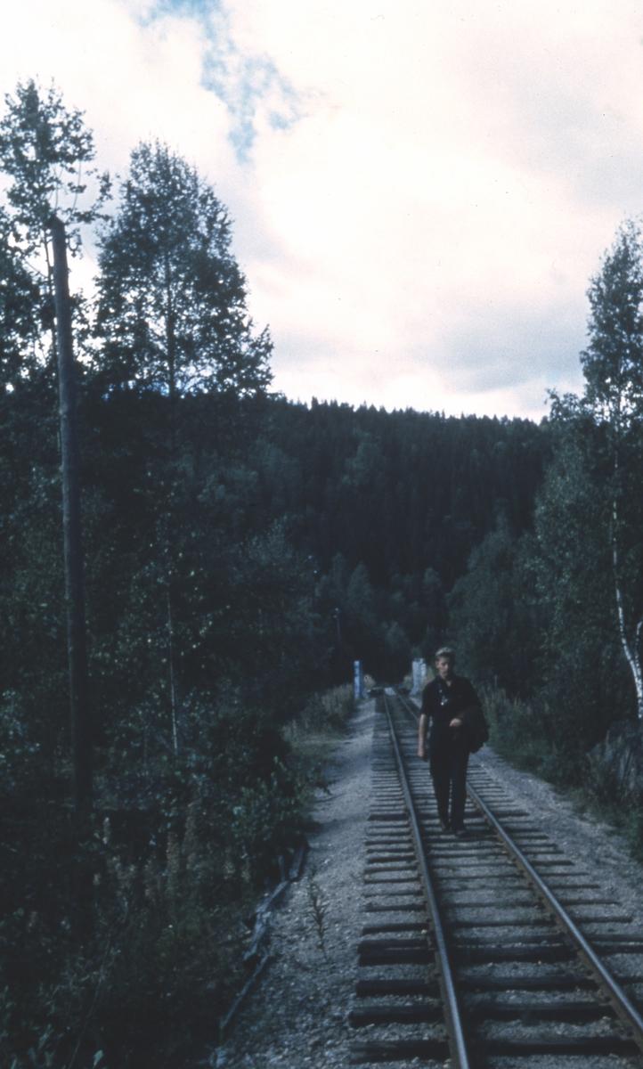 Svend Jørgensen poserer for fotografen ved Elverum bru nær Slora