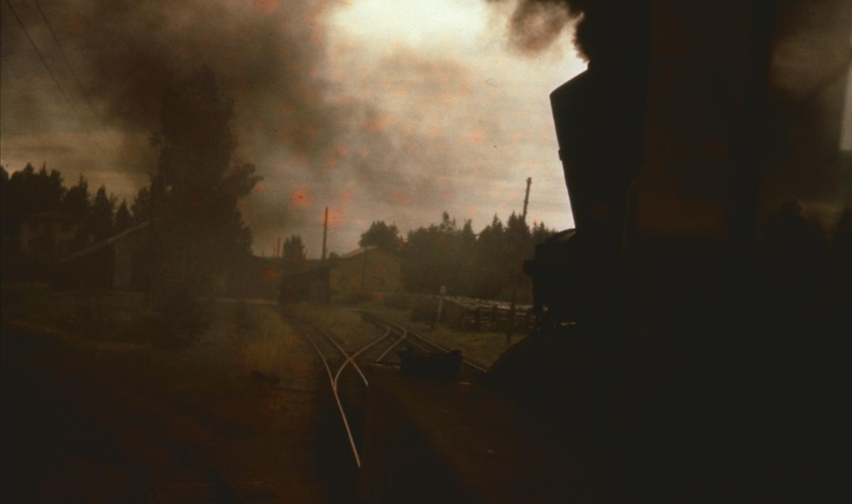 Utsikt fra fyrbøterplassen idet lokomotivet kjører fra spor 2 til spor 1 på Skulerud stasjon.