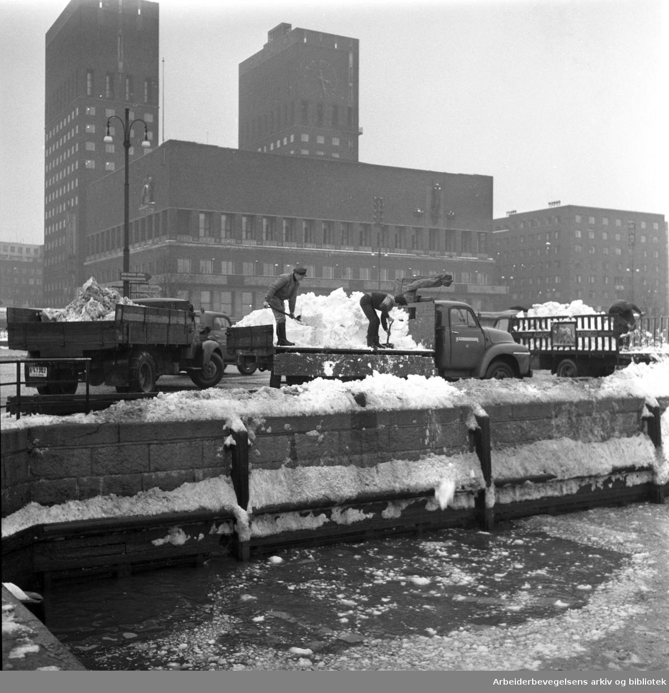 Snøen tømmes i sjøen ved Rådhuset,.vinteren 1960.