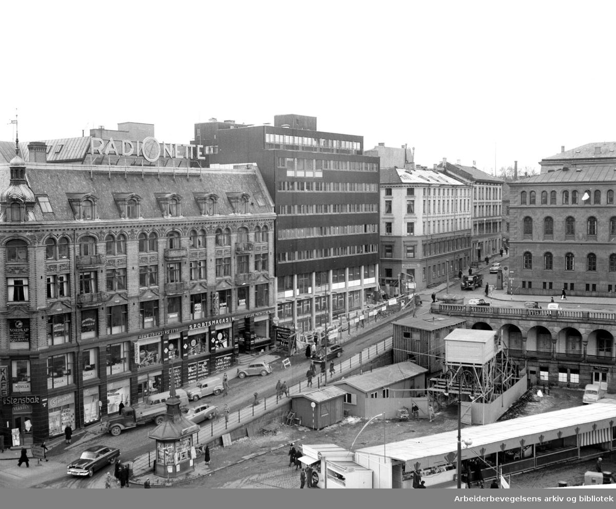 Youngstorget og Eva Kolstads gate med det nye Venstres Hus, mars 1955.