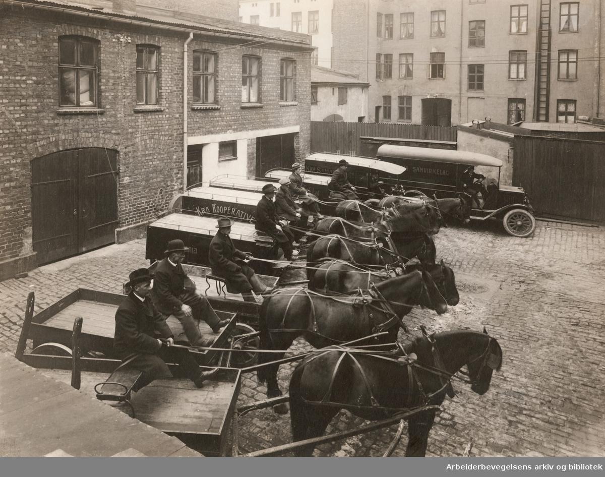 Oslo Samvirkelag..Kristiania Samvirkelags hestekjøretøy og biler på gårdsplassen i Helgesens gate 14,.oktober 1916...