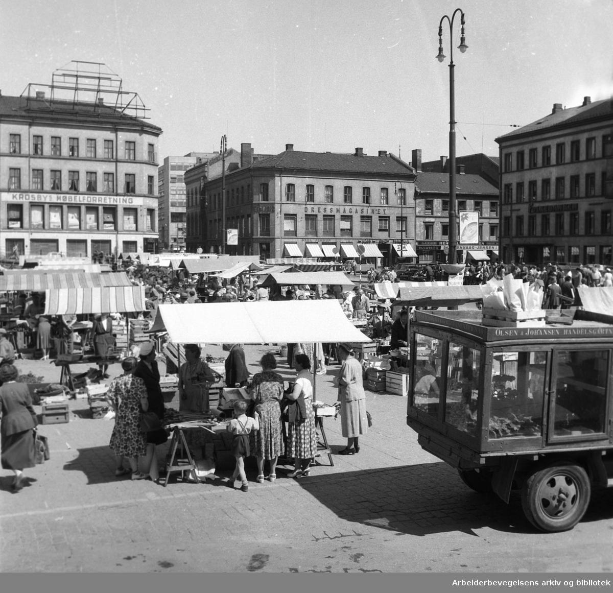 Torghandel på Youngstorget, juni 1954.