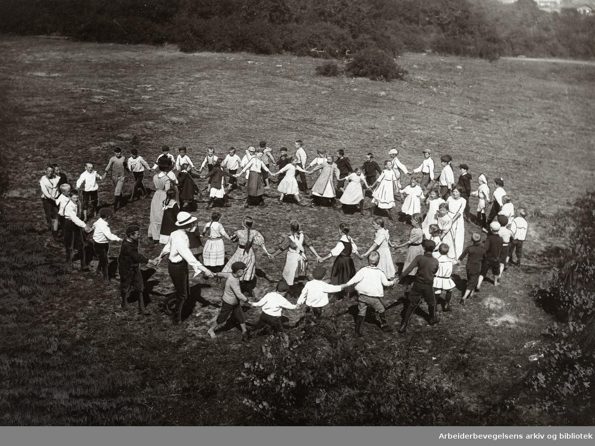 Kurs i friluftsleker for de lockoutedes barn på Hovedøya, ledet av hr. Eckersberg,.1911
