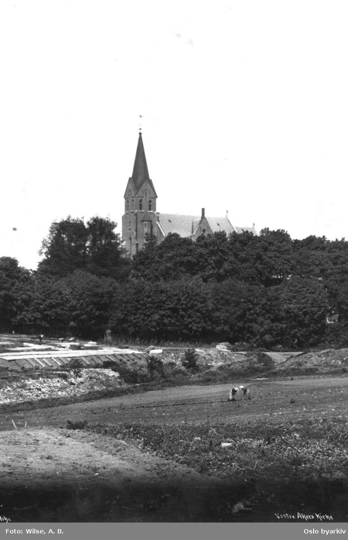 Vestre Aker kirke sett fra sør, jordbruksarbeid i forgrunnen.