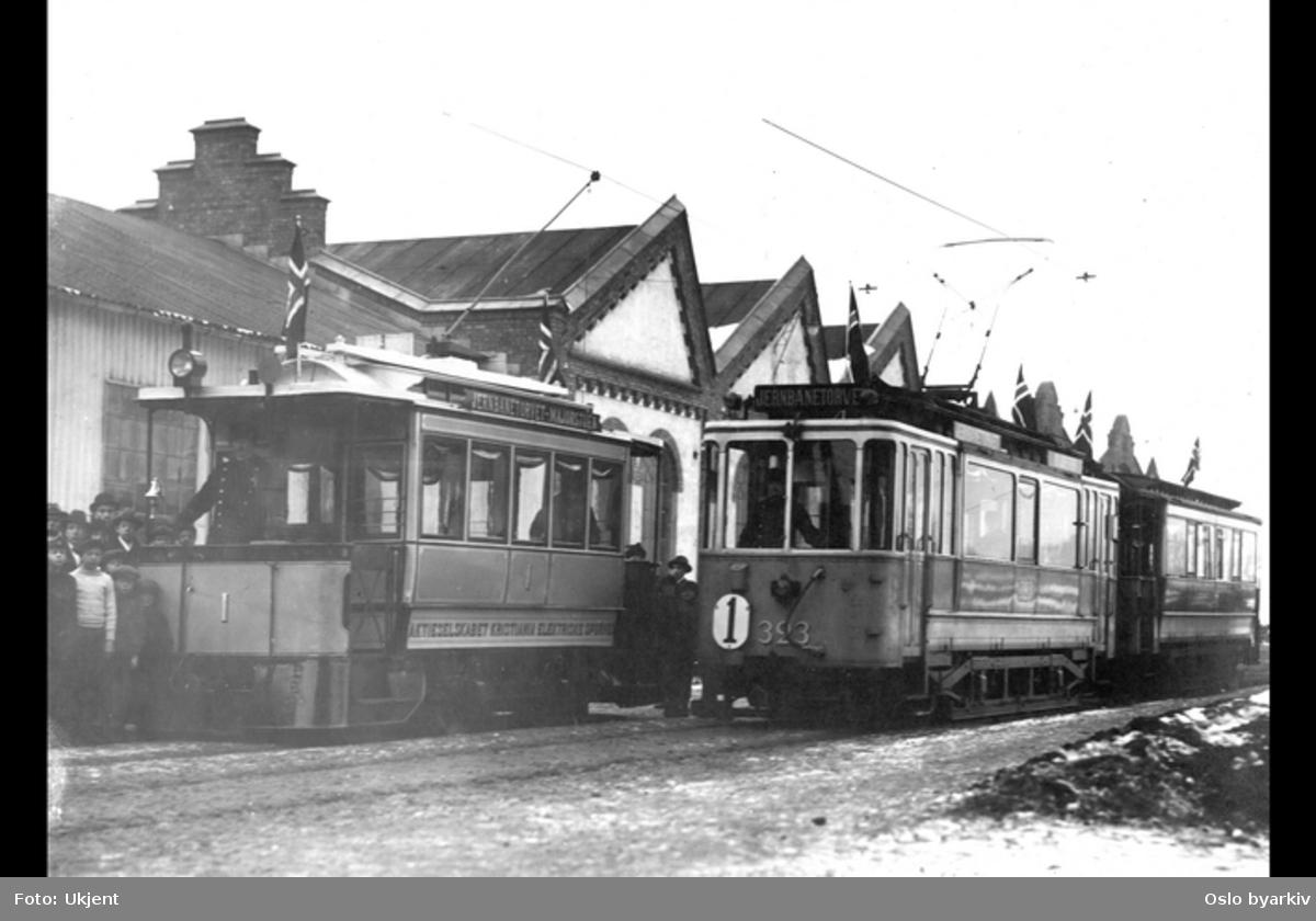 Oppstilte vogner foran vognhall på Majorstuen stasjon, barn ytterst til høyre
