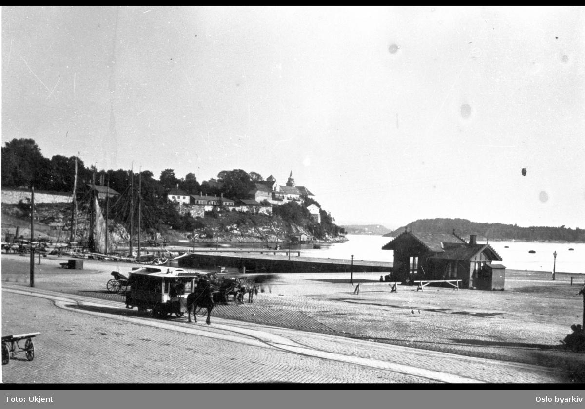 Rådhusbryggene / Pipervika med seilskuter. Hestedrosjer. Akershus festning og en ennå uutbygget Akershusstranda i bakgrunnen.