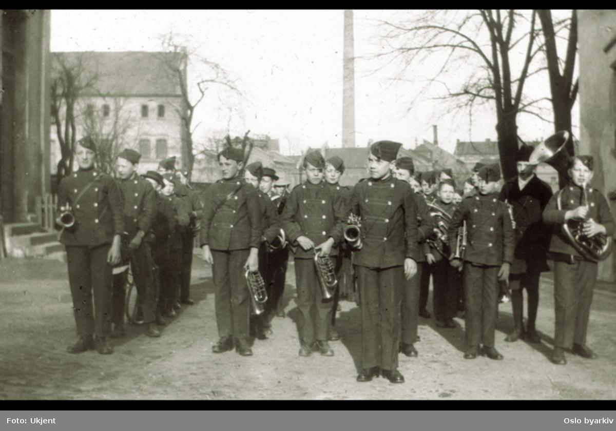 Sagene skoles musikkorps (?) med uniformer og instrumenter