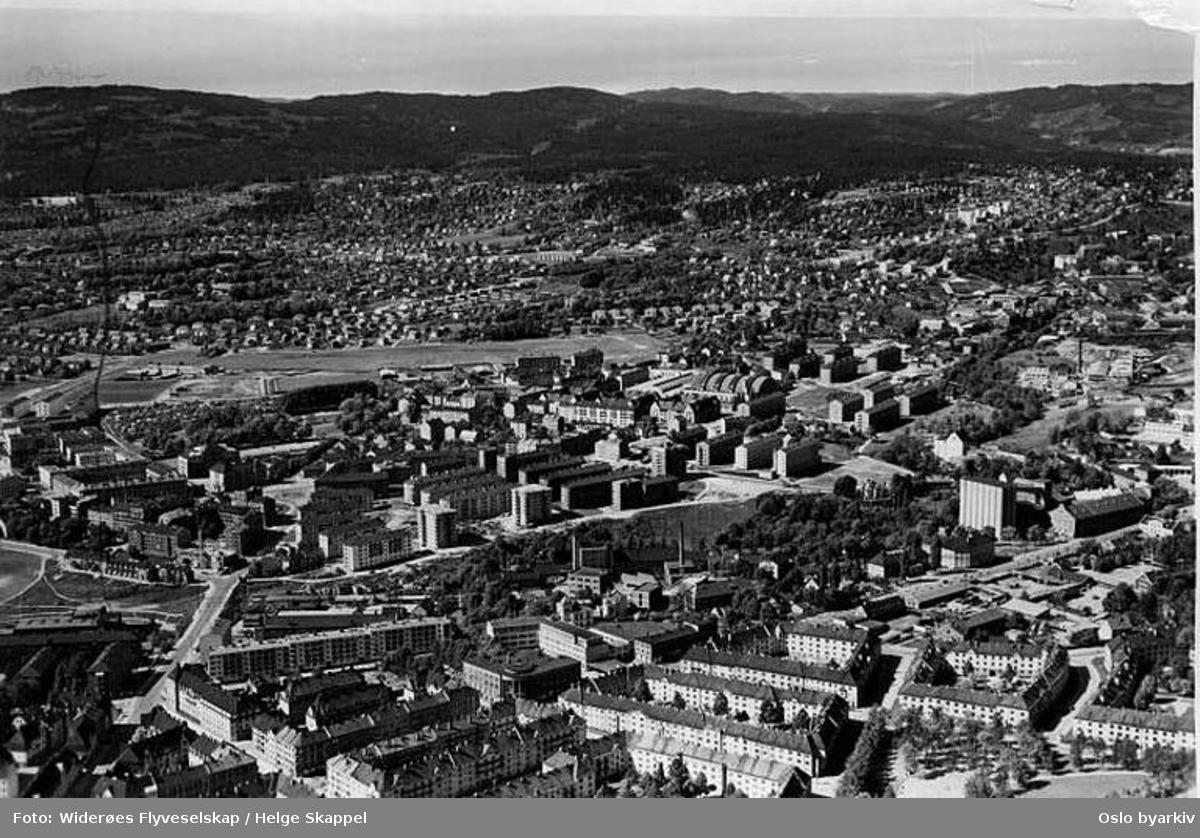 Panorama over Oslo, med Torshov, Sandaker, Voldsløkka idrettsanlegg, Tåsen (Flyfoto)