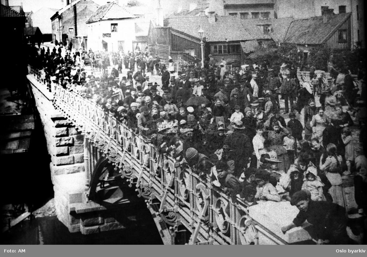 Folkemengde på Hausmanns bro, ved åpningen 30. juni 1892. Stadsingeniøren - Fotografier af Kristiania (albumtittel). Akerselva