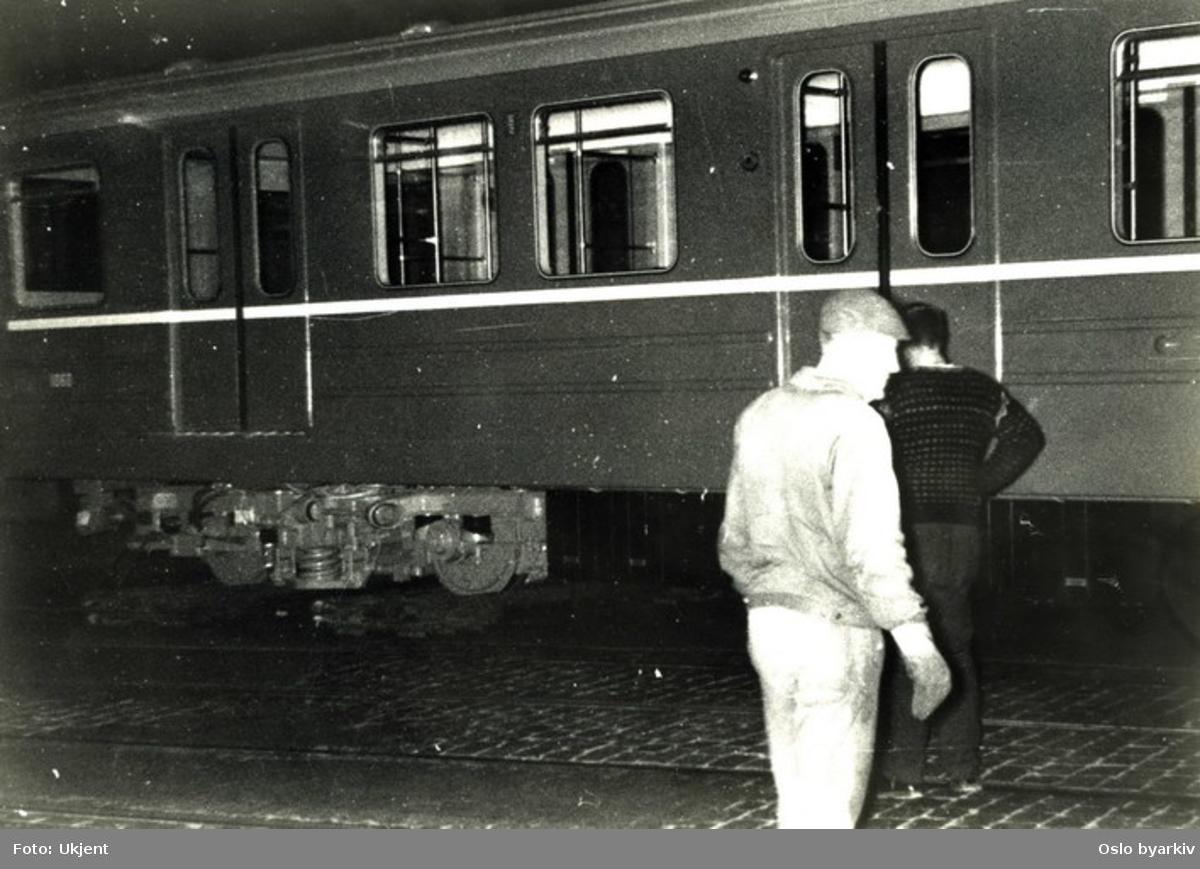 T-banevogn. Alle T-banevognene levert 1964-67 ble levert via NSBs spor til Slaktehuset hvor de ble løftet over på trikkesporet i Schweigaards gate og trukket via Schweigaards gate og Strømsveien til Etterstad og videre via Østensjø- og Lambertseterbanen til Ryen vognhall.Transporten ble gjennomført i driftspausen om natta.Her er man i ferd med å løfte vogna fra NSBs spor til trikkesporet i krysset Schweigaards gate/Tøyenbekken.