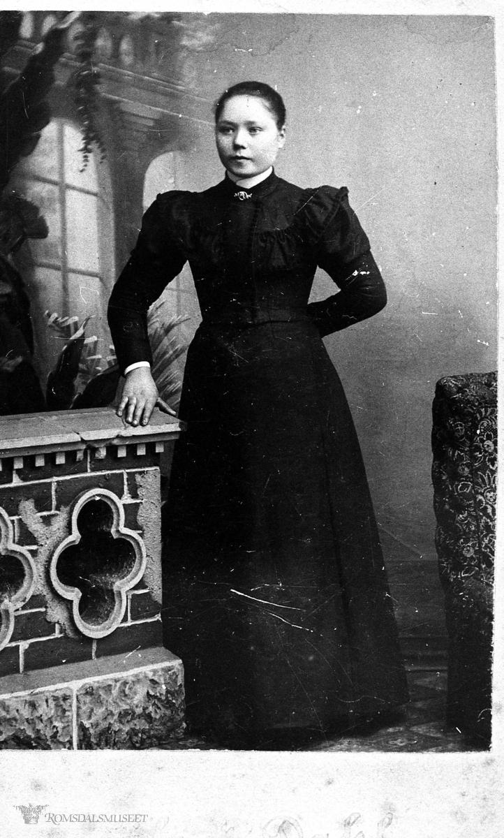 Portretter, Ungdomsbilde av Ragna Oline Klauset.Hun vart gift med Anton I. Misund