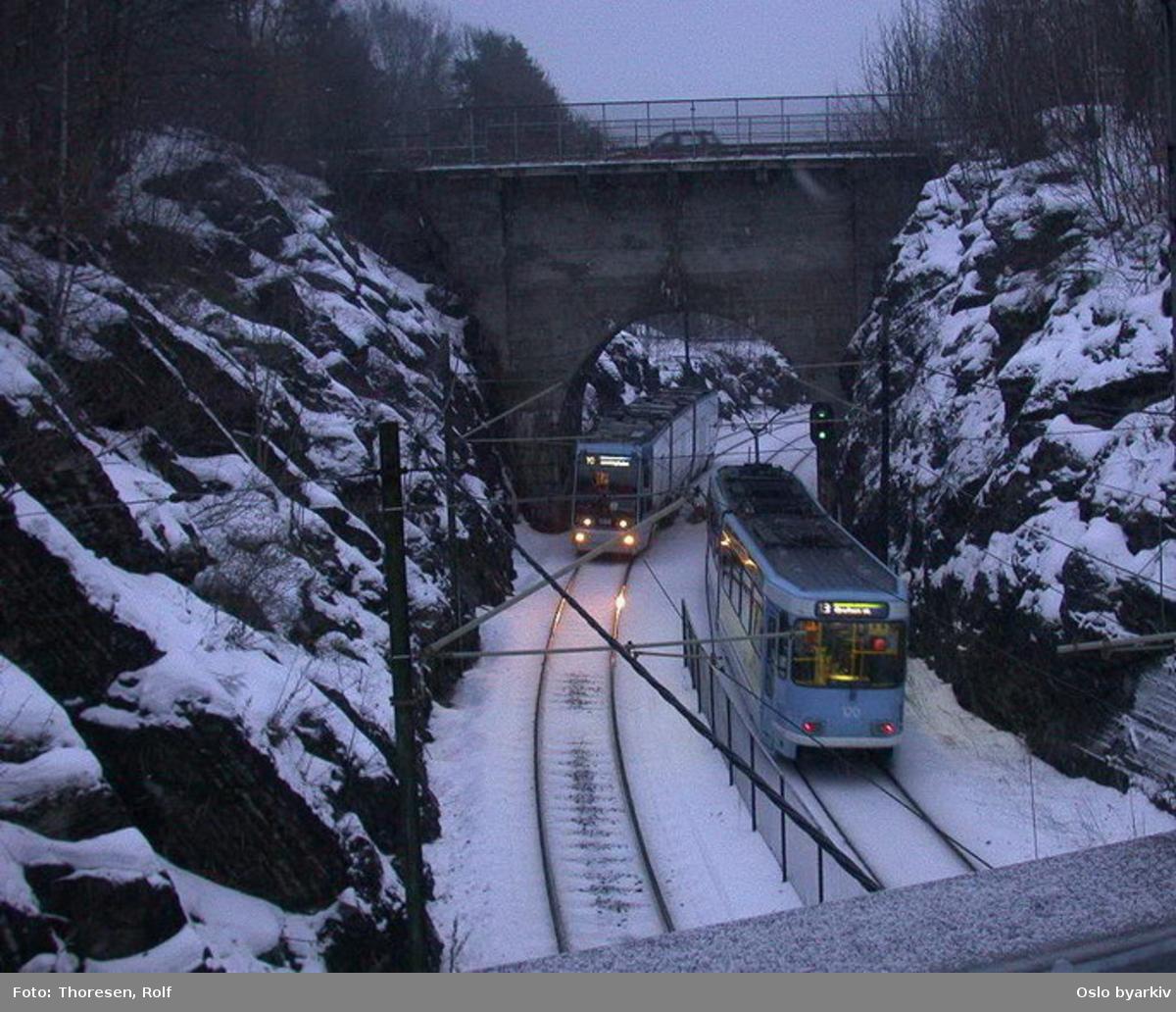 Oslo Sporveier. Trikk motorvogn 120 type SL79 linje 13 fra Grefsen stasjon i Jarskjæringa inn mot Jar endeholdeplass. Tilsvarende vogn på linjen på vei ut.