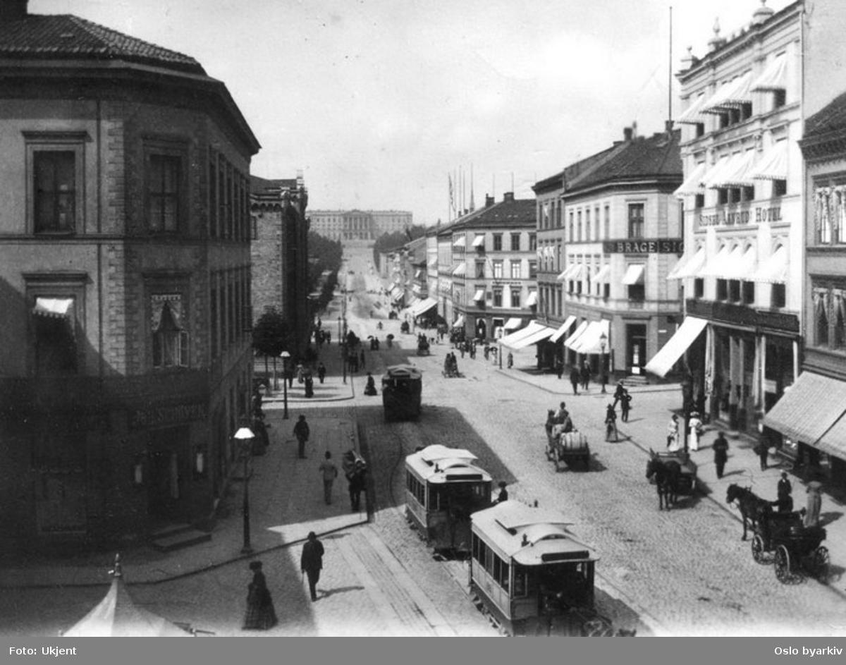 Hestesporvogner og annen hestetransport ved Egertorget. Karl Johans gate mot Slottet.
