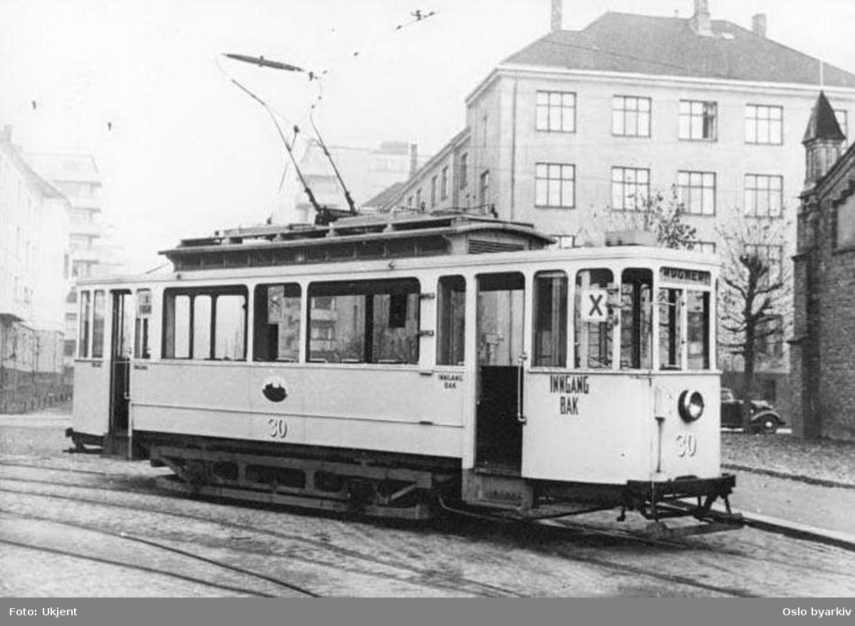Oslo Sporveier. Trikk motorvogn 30 (fra 1899, ombygget 1918) type AEG (kalt Union-vogn), i modernisert utgave (fra 1949) foran vognhall 3 i Gardeveien. Den siste trikk av AEG-typen ble utrangert for passasjertrafikk 1961.