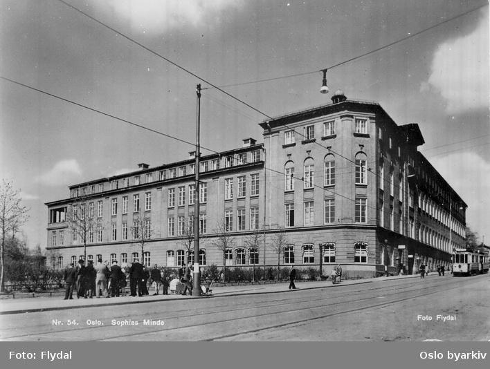 Sophies Minde, ortopedisk sykehus, Bülow-Hanssens plass. Inntil 1935 Nationalbryggeriets gård. Trikk ned mot stoppeted, ventende reisende. Postkort 54.