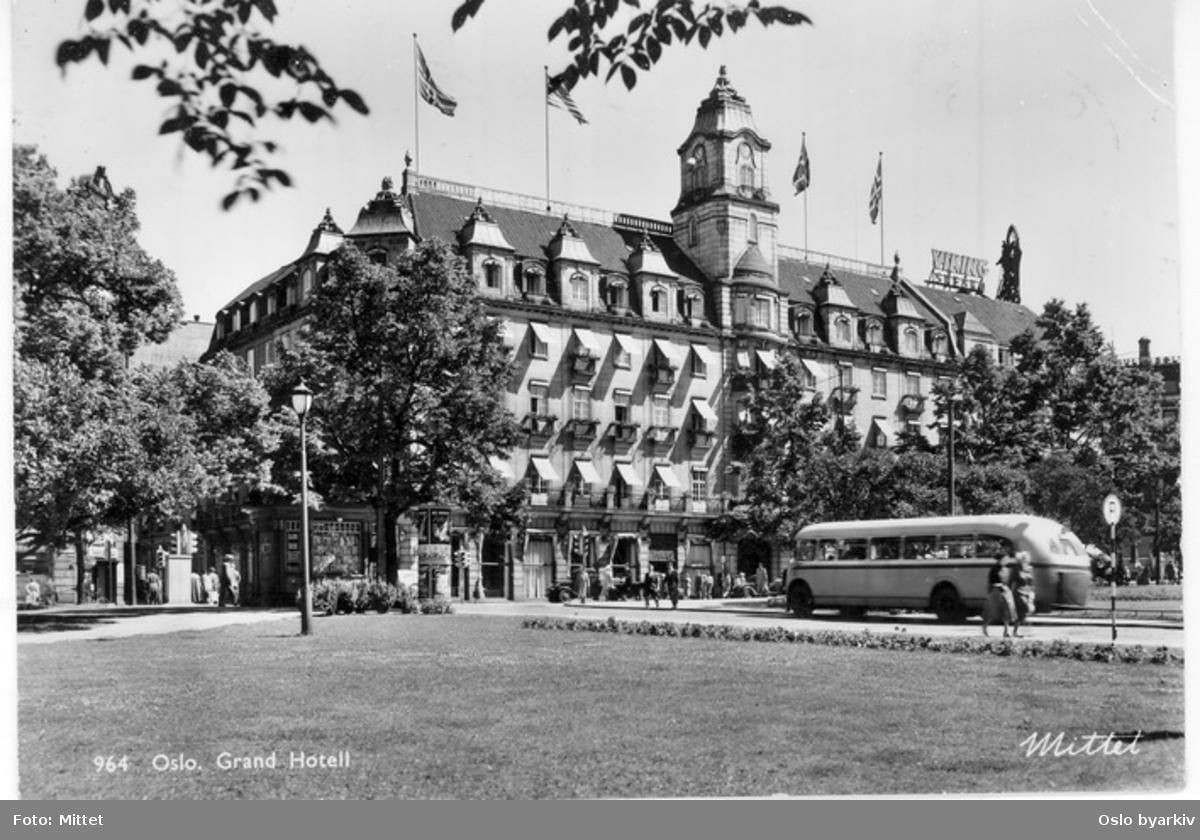 Grand Hotel, Karl Johans gate. Buss i Rosenkrantz' gate. Parklykt på Eidsvolls plass. Postkort 964.