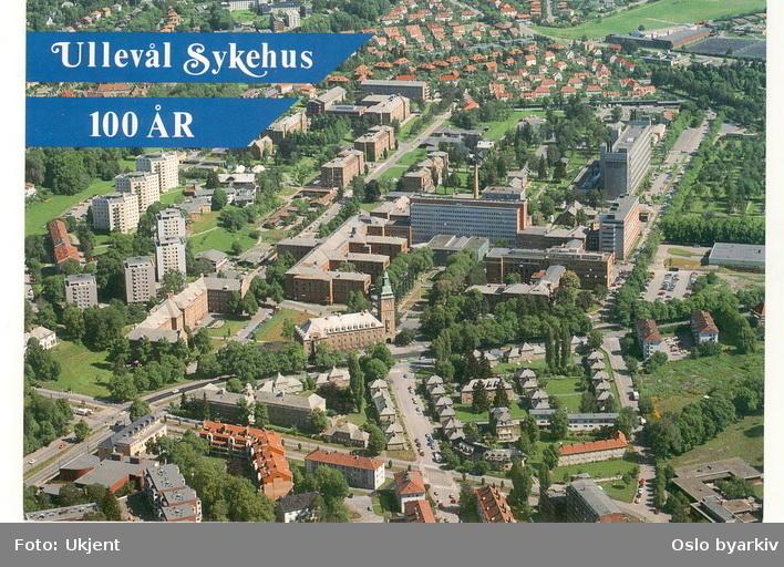 Området / bygningene til Ullevål sykehus. Blokkbebyggelse, Ullevål studentby. Kirkeveien, Sognsveien, Stensgata, Thulstrups gate. Nordre gravlund opp til høyre, Tåsen haveby i bakgrunnen. Postkort. (Flyfoto)