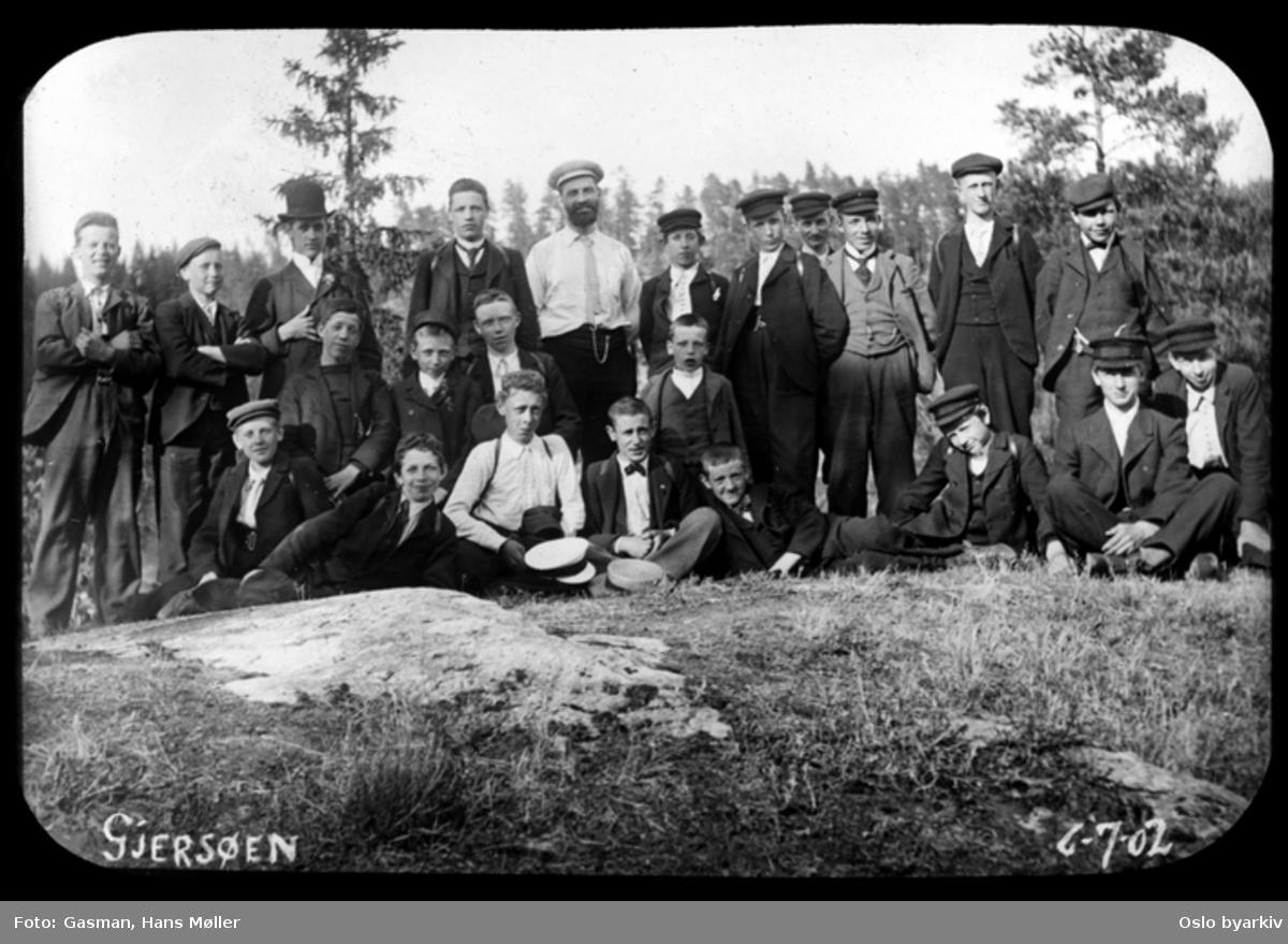 En gruppe menn og ungdommer poserer for fotografen ved Gjersjøen i Oppegård, 6. juli 1902