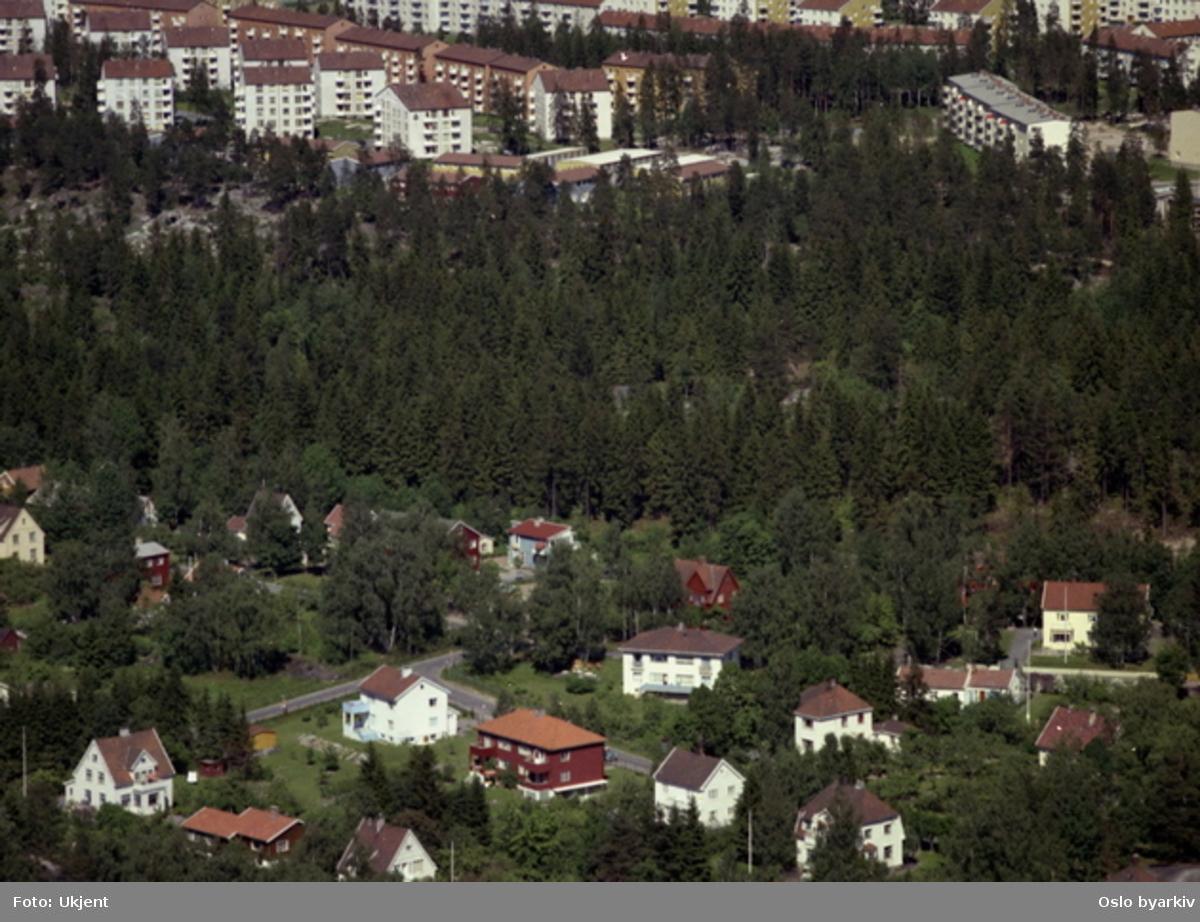 Blokkene ligger i Gråsteinveien og Mellombølgen. I nærheten av Nordstrandveien i forgrunnen. (Flyfoto)