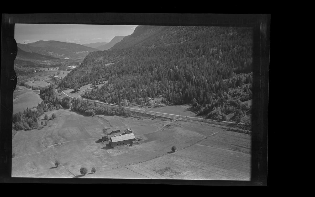 Flyfoto av Eikle Søre. Låve,stabbur,bolighus.