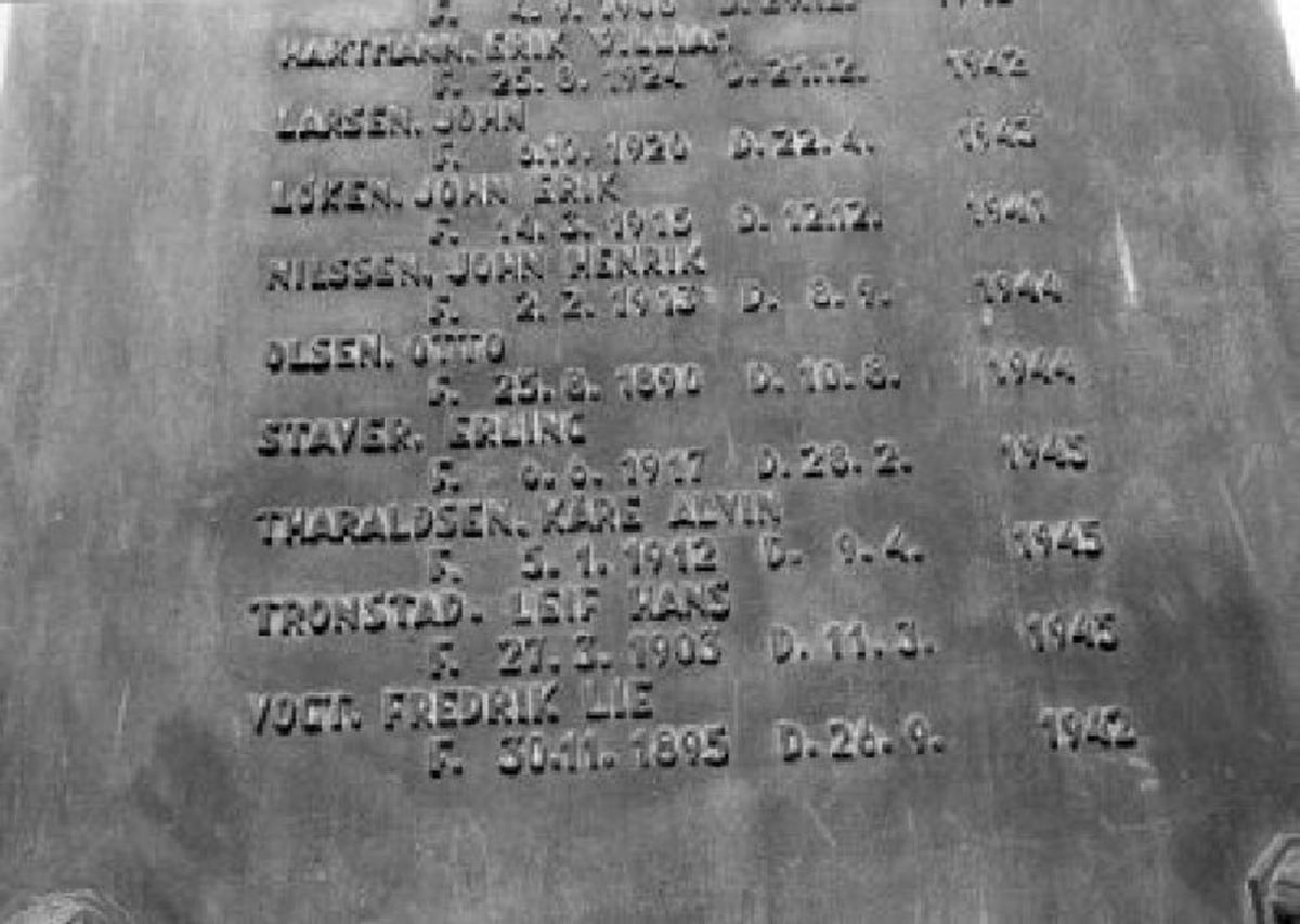 Kjøreanvisning: Minnesmerke på kirkens vestvegg. Tanum kirke