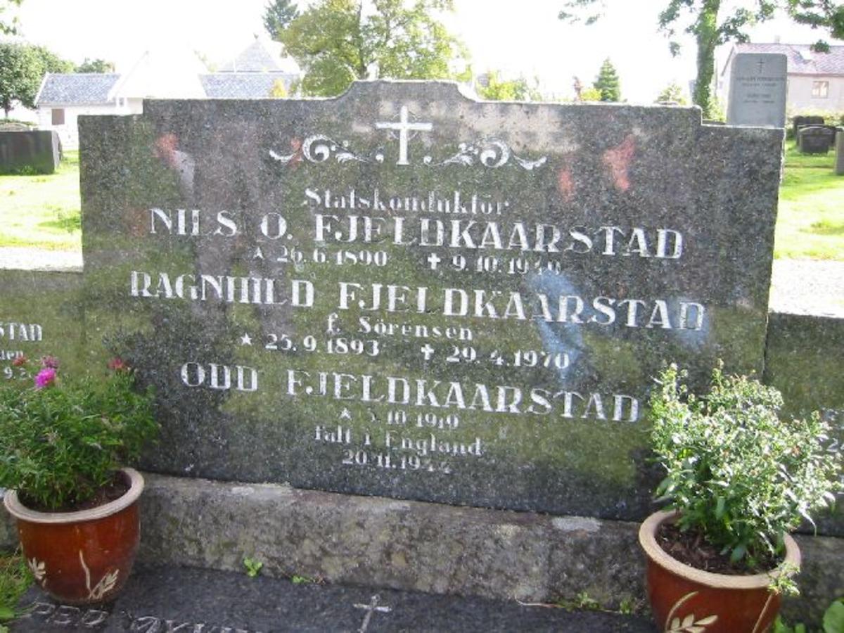 Vanlig grav h 0,68 b 1,15 d 0,15. På fellesmonumentet er navnet stavet Fjeldkårstad.