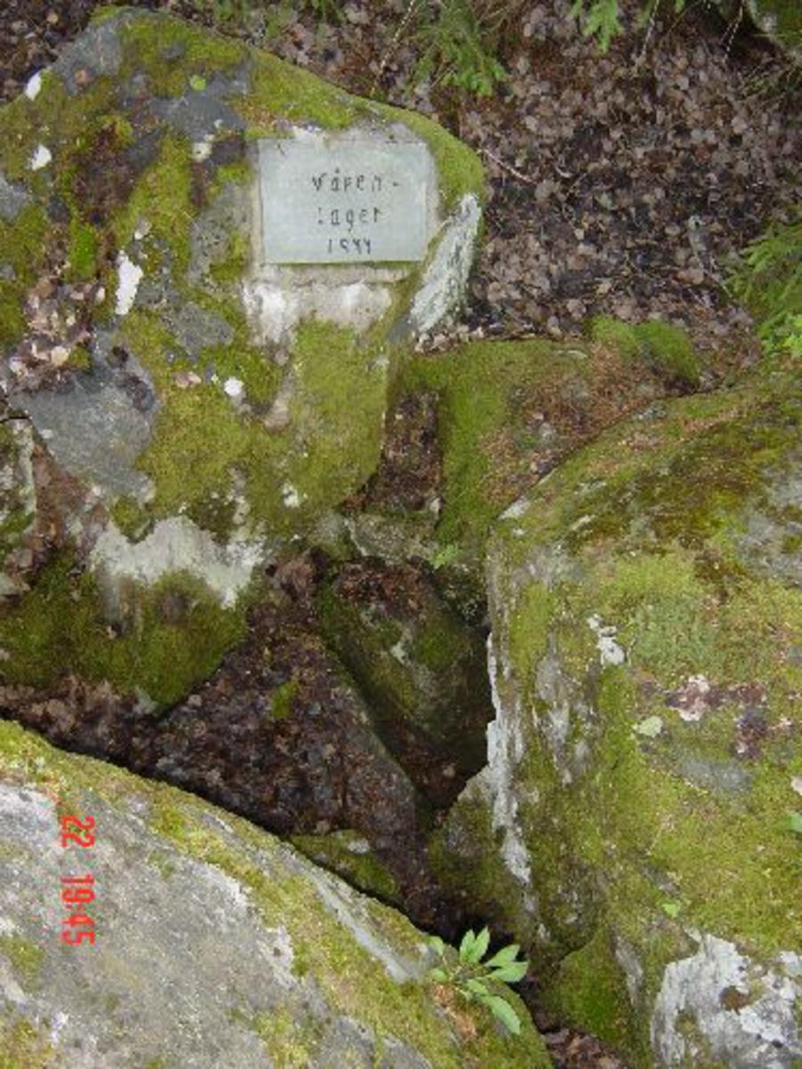 Granittplatefaststøpt på stor stein.ca 50 cm x 40 cm.