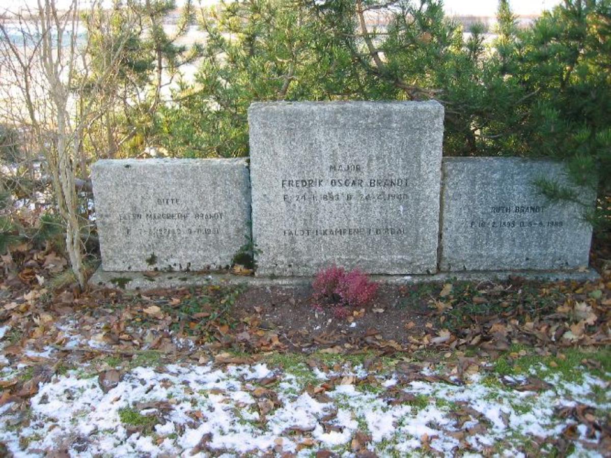 Gravstein satt sammen med stein for datter og kone.
