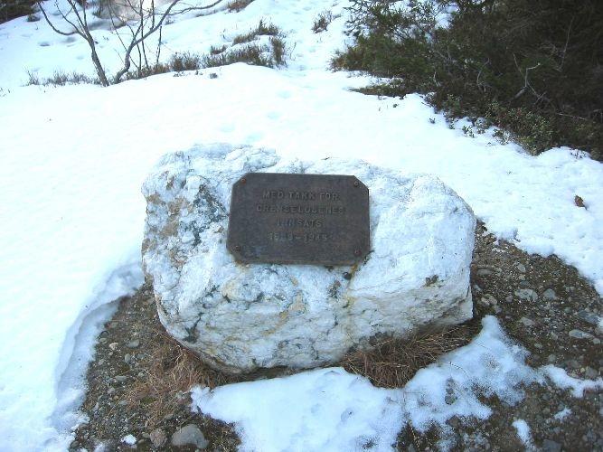 Naturstein med metallplate
