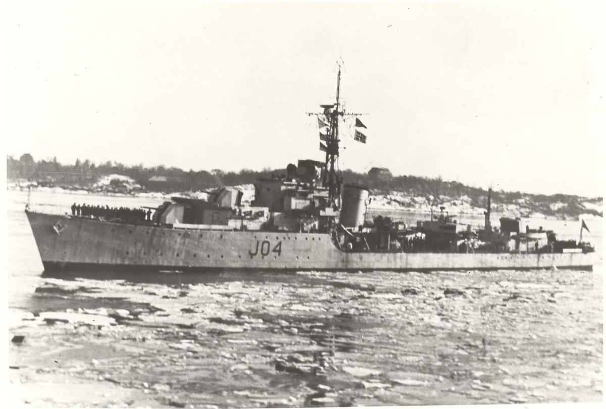 Motiv: Jageren TRONDHEIM (J 04) - Oslo havn mars 1947. Babord side