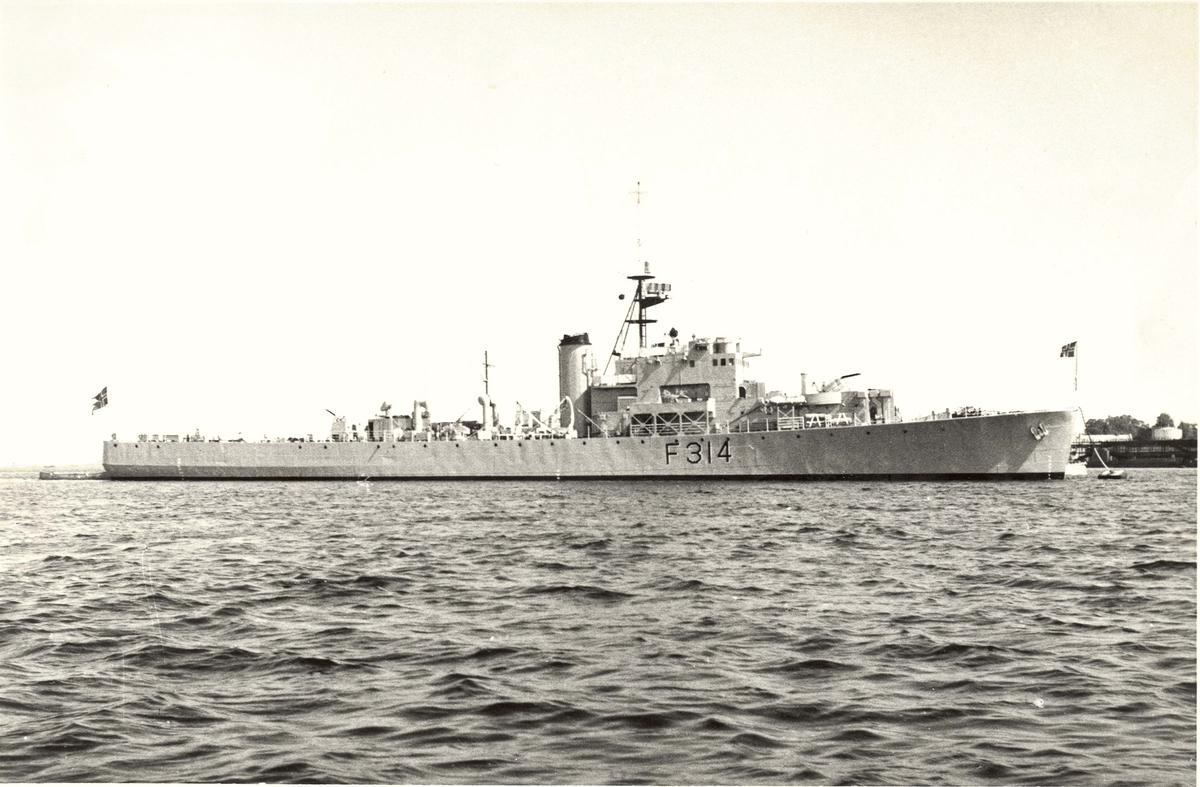 "Motiv: KNM ""Troll"" (F314) River klasse fregatt. 4/5 styrbord side"
