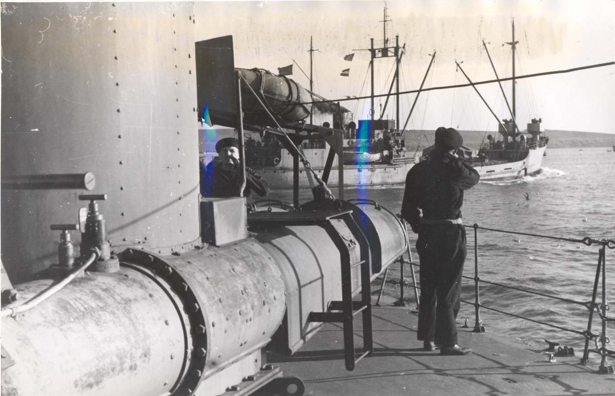 """Enkeltbilde. Jageren """"Stord"""" under oppøving, klarsjøing. Cargo skip passerer """"Stord""""  mens hun lå amkret i Scapa Flow."""