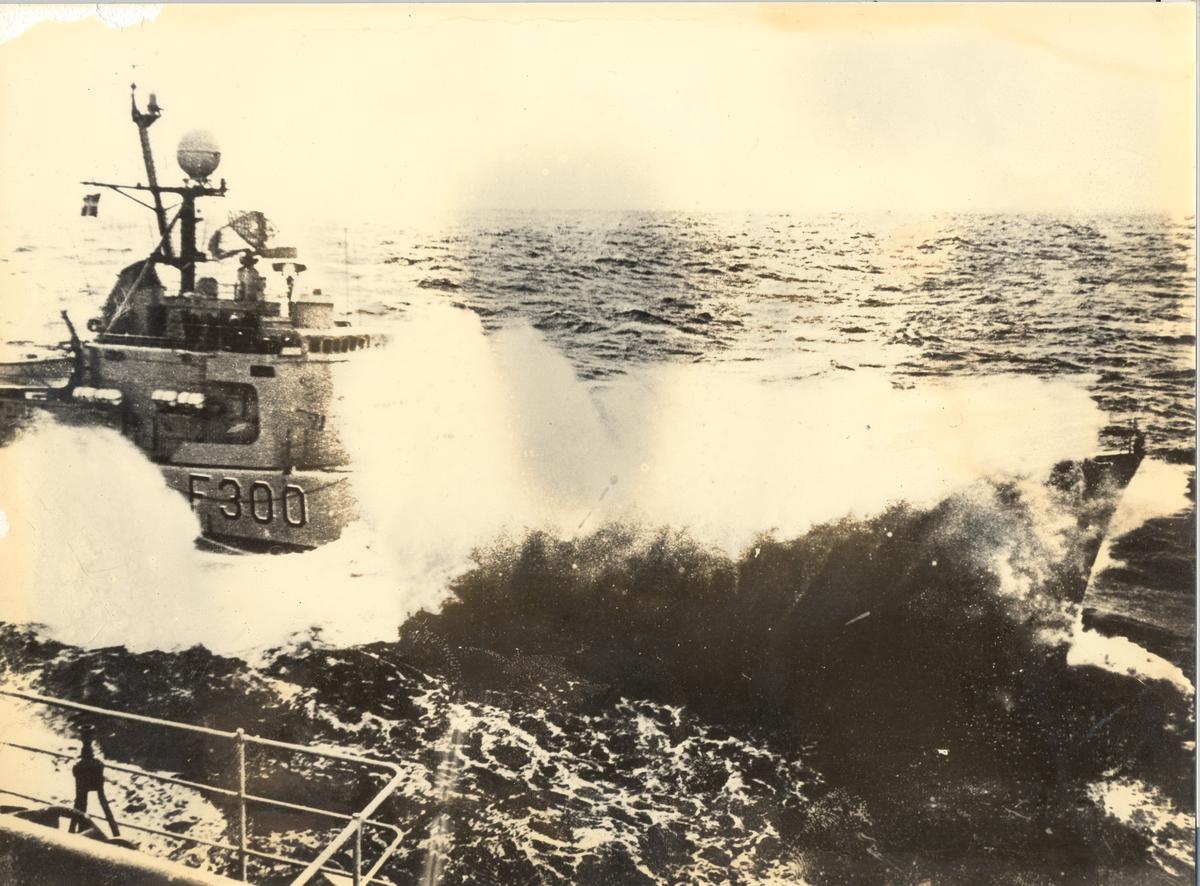 Enkeltbilde. Fregatten KNM oslo, under øvesle med overføring i sjøen.