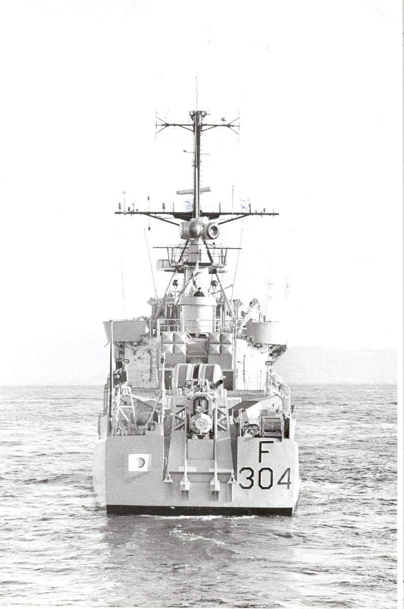 """Oslo-kl.fregatt KNM """"Narvik"""",  sett fra akter."""