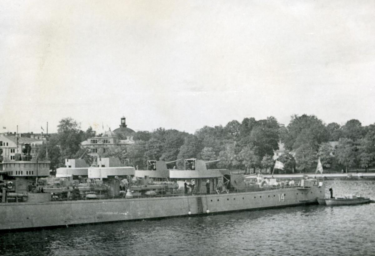 """Album. Norske Marine i England 1940-1945. Det Dansk-Norske flåtebesøk i Stockholm. Den Svenske jageren """"Calmar""""."""
