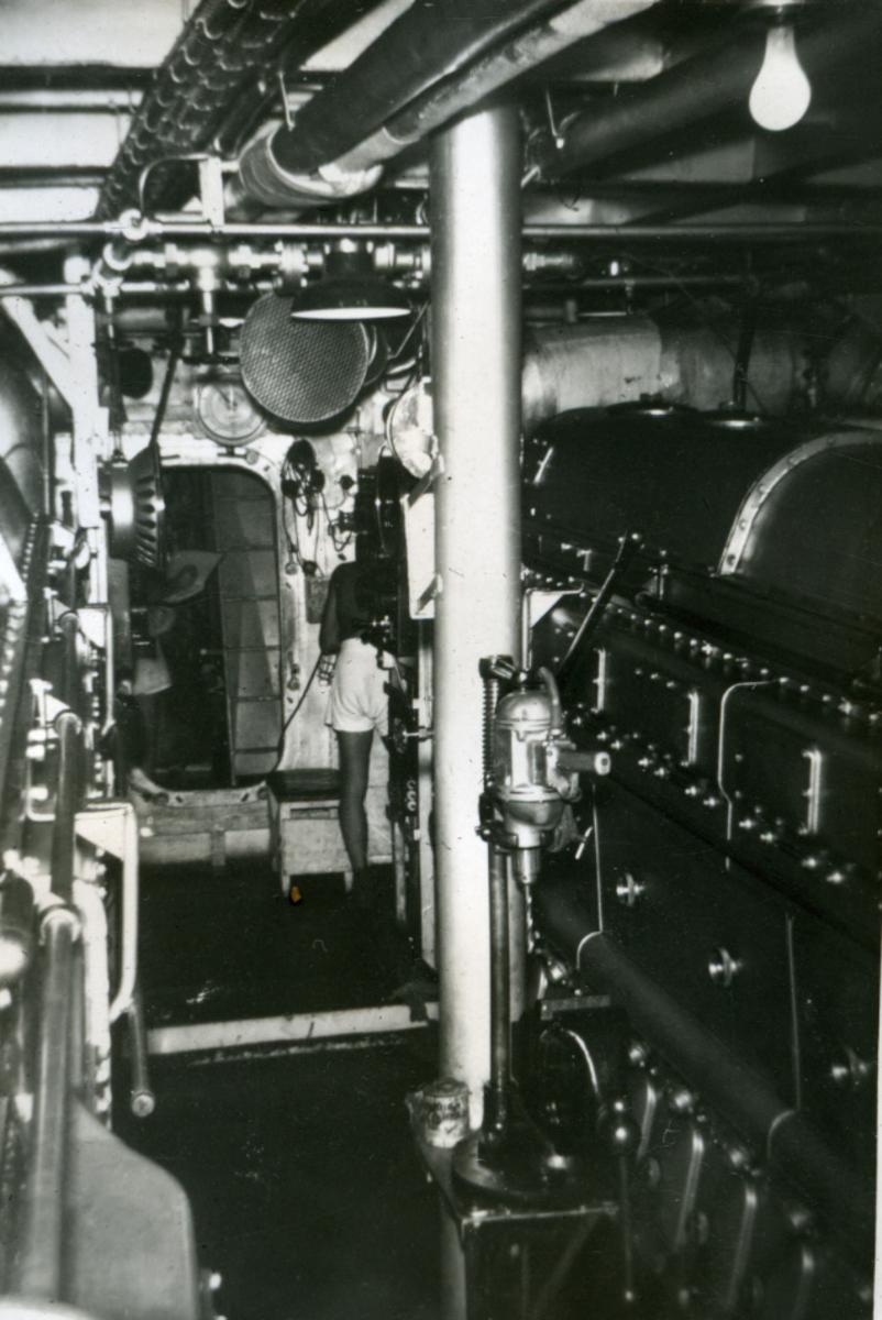 Album Ubåtjager King Haakon VII 1942-1946 Forskjellige bilder. Motorrommet.