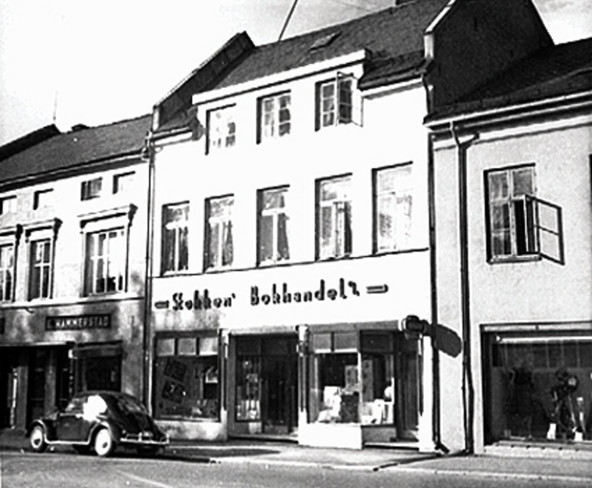EKSTERIØR STRANDGATA 13, STØKKEN BOKHANDEL A/S, PARKERT BIL
