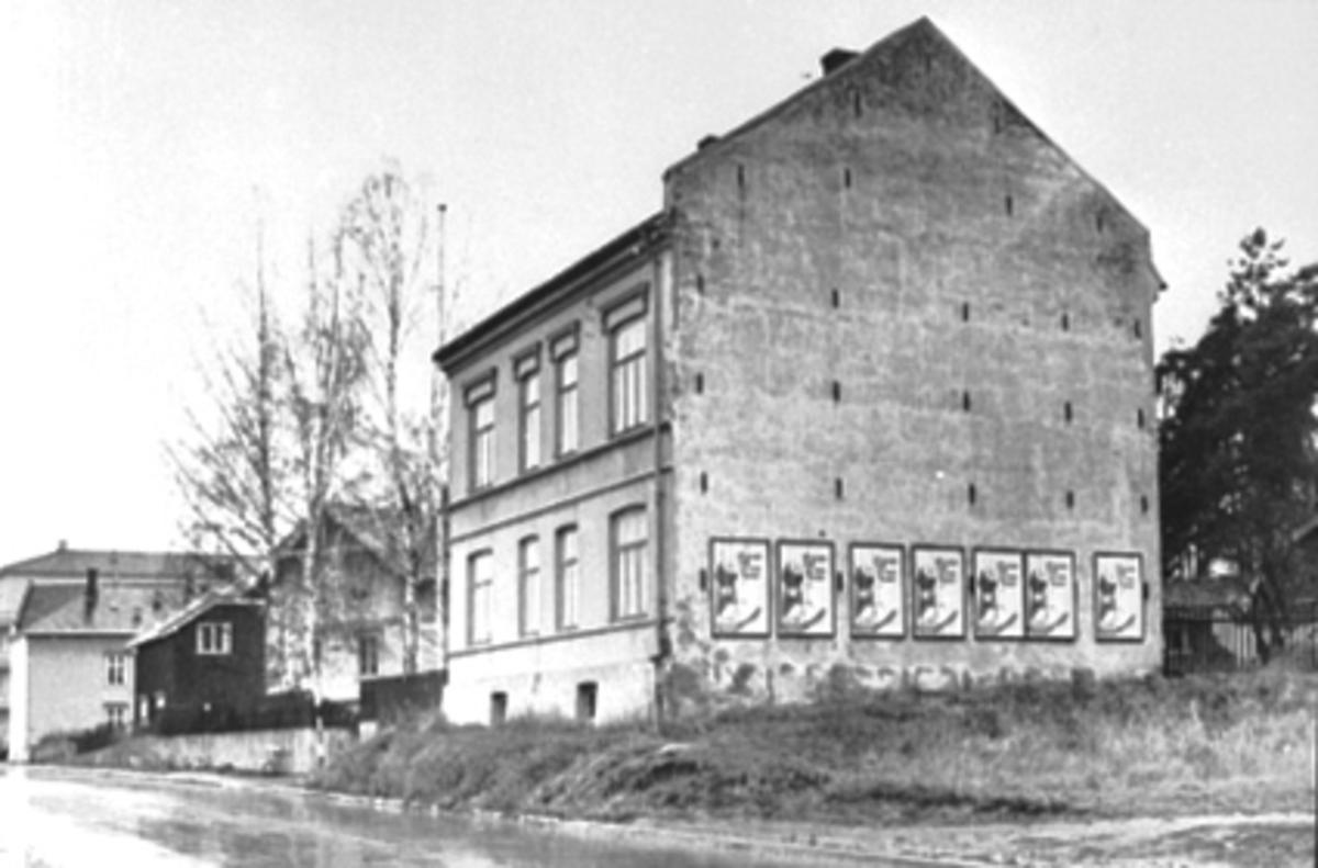 """EKSTERIØR ØSTREGATE 122, ØSTREGATE/BRUGATA.  Det sies at Oluf Melvold bodde og drev forretning i """"Veslegården"""""""