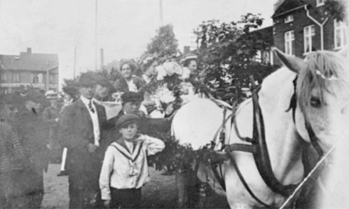 OPPTOG, BARNEHJEMSDAGEN 1910 MED ROCOCCODAMER PÅ ØSTRE TORG